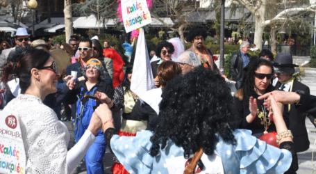 """Τα """"μπουλούκια"""" αναστατώνουν το κέντρο της Λάρισας με κέφι και χορό – Δείτε φωτογραφίες και βίντεο"""