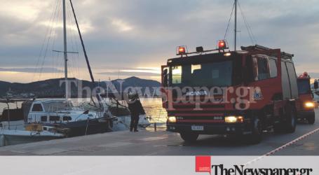 ΤΩΡΑ: Φωτιά σε σκάφος στην παραλία του Βόλου [εικόνες & εναέριο βίντεο]