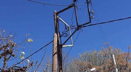 Επικίνδυνη πατέντα με ξύλινες κολόνες της ΔΕΗ στη Νεάπολη Λάρισας (φωτο)