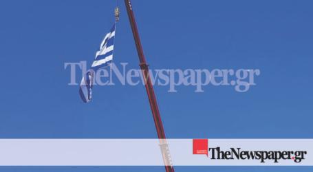 Ύψωσαν γιγαντιαία ελληνική σημαία στον ουρανό του Βόλου [εικόνες]