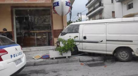 Φορτηγάκι στον Βόλο παραλίγο να «μπουκάρει» σε σουβλατζίδικο [εικόνα]