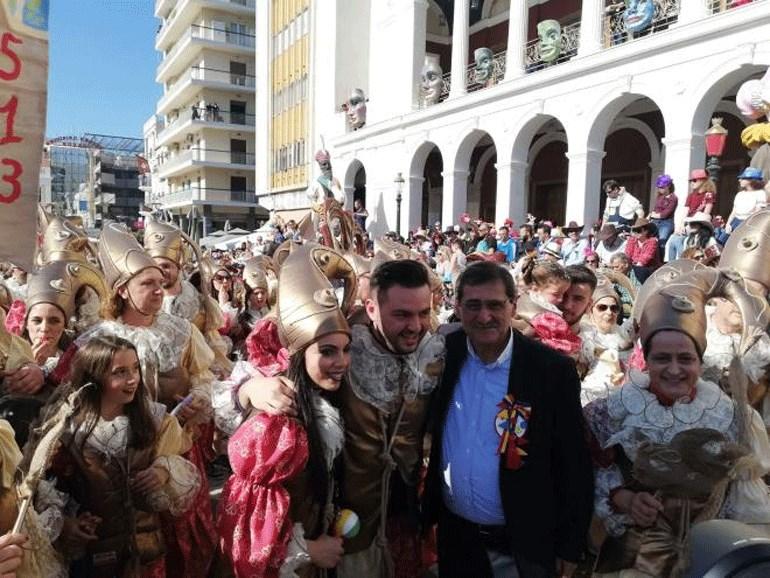 Το ζευγάρι μαζί με τον δήμαρχο Πατρέων Κώστα Πελετίδη μετά την πρόταση!