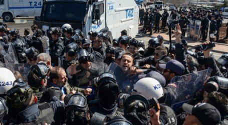 Συγκρούσεις μεταξύ αστυνομικών και διαδηλωτών μετά την αυτοκτονία ενός Κούρδου κρατουμένου