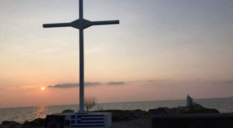 33 συλλήψεις για την τοποθέτηση μεταλλικού σταυρού στην ακτή Απελή