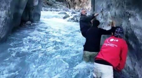 Επισκεύασαν αγωγό νερού μέσα στα ορμητικά νερά του Φαραγγιού της Σαμαριάς