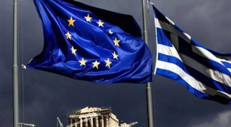 Τη συρρίκνωση της ελληνικής οικονομίας επισημαίνει το Bloomberg