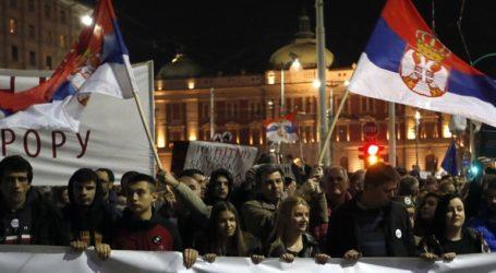 Διαδηλωτές εισέβαλαν στο κτήριο της δημόσιας τηλεόρασης