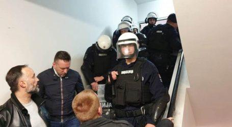 Η αστυνομία άρχισε να εκκενώνει το κτήριο της δημόσιας τηλεόρασης