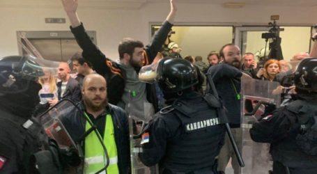 Οι διαδηλωτές απωθήθηκαν από την αστυνομία εκτός του κτηρίου της τηλεόρασης