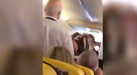 Επιβάτες έπαιξαν μπουνιές σε πτήση της Ryanair για μία γυναίκα