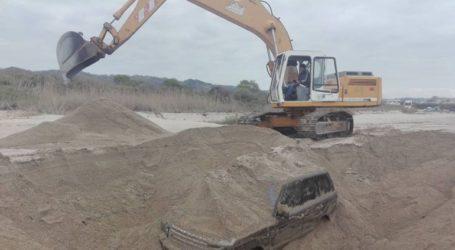 Με επιτυχία ολοκληρώθηκε η ανάσυρση αυτοκινήτου που ήταν θαμμένο στην άμμο