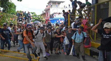 Μετανάστες που προσπάθησαν να περάσουν τα σύνορα στην Τιχουάνα του Μεξικού απωθήθηκαν με σπρέι πιπεριού