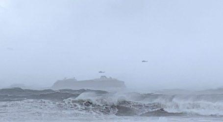 136 άνθρωποι έχουν ήδη απομακρυνθεί με ελικόπτερα από το κρουαζιερόπλοιο