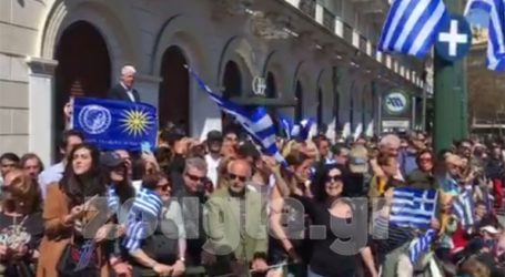 Πολίτες τραγουδούν το «Μακεδονία Ξακουστή» στο Σύνταγμα