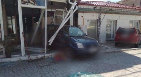 Οδηγός παρέσυρε πεζή και κατέληξε μέσα σε κατάστημα