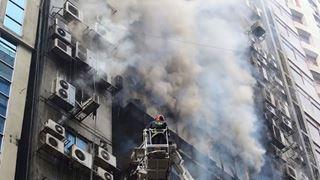 Τουλάχιστον 5 νεκροί και 60 τραυματίες από πυρκαγιά σε πολυώροφο κτίριο
