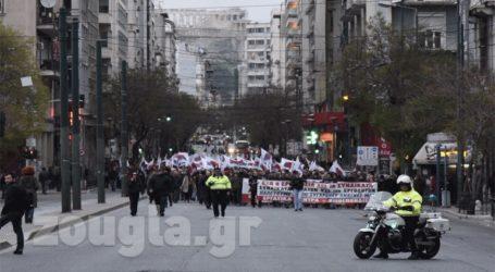 Πορεία μελών του ΠΑΜΕ στο κέντρο της Αθήνας