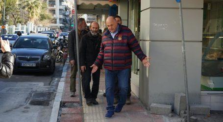 Στα πεζοδρόμια της οδού Ιωλκού ο Αχιλλέας Μπέος – «Διορθώστε τις ατέλειες άμεσα»