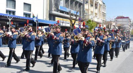 """Με το… """"απαγορευμένο"""" """"Μακεδονία Ξακουστή"""" ξεκίνησε την παρέλαση της Λάρισας η Φιλαρμονική του δήμου (video)"""