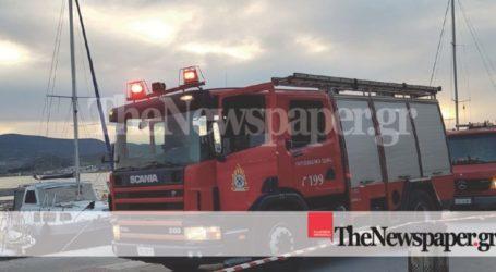Φωτιά σε σκάφος στην παραλία του Βόλου (φωτο – εναέριο βίντεο)