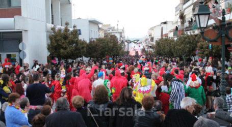 Πλημμύρισαν τα Φάρσαλα με καρναβαλιστές (video – φωτό)