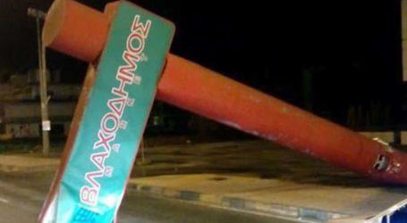 Απίστευτο: Τεράστια πινακίδα έπεσε πάνω στο δρόμο έξω από τη Λάρισα λόγω του ισχυρού ανέμου (φωτό)