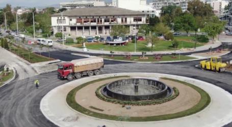 Δείτε πως διαμορφώνεται ο κυκλικός κόμβος στο Δημαρχείο Βόλου [εναέρια πλάνα]