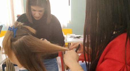 Οι κομμώτριες της σχολής του ΟΑΕΔ χτενίζουν παιδιά του Ορφανοτροφείου Βόλου