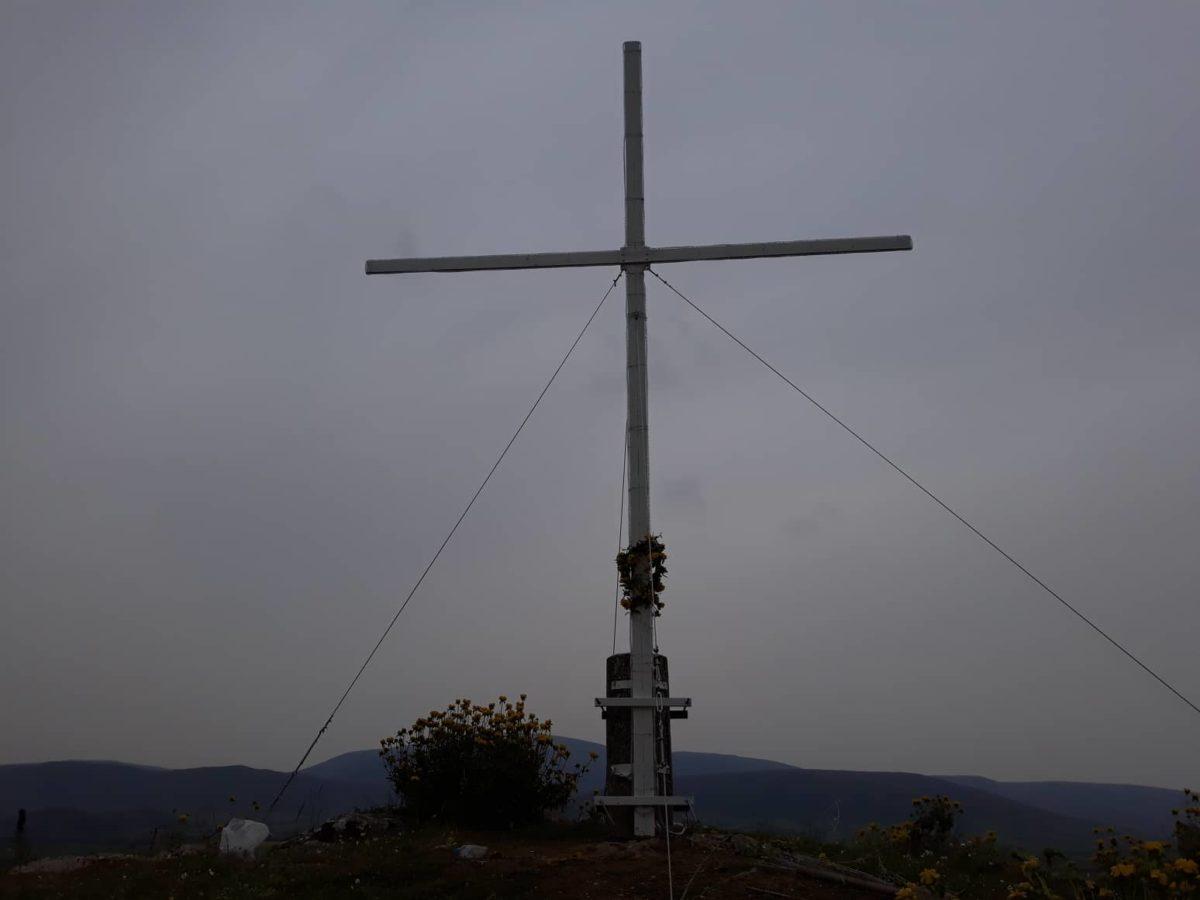 30 νεαροί τοποθέτησαν Σταυρό 6 μέτρων σε βουνό των Φαρσάλων (φωτο)