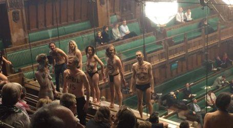 Ημίγυμνοι διαδηλωτές κατά της κλιματικής αλλαγής… εντός του Κοινοβουλίου