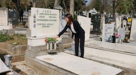 Λουλούδια στον τάφο του Αλέξη Ζορμπά στα Σκόπια άφησε η Μπέτυ Μπαζιάνα