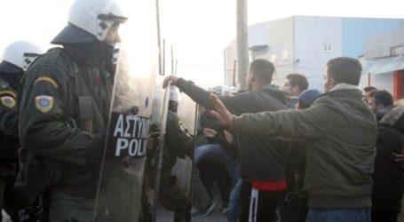 Ισχυρή αστυνομική δύναμη έξω από το κέντρο φιλοξενίας Διαβατών όπου έχουν κατασκηνώσει περίπου 500 πρόσφυγες