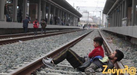 Αποχωρούν οι πρόσφυγες σταδιακά από τον σταθμό Λαρίσης