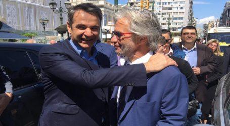 Ο Μητσοτάκης με τον υποψήφιο δήμαρχο Νίκο Βλαχάκο σε περιοδεία στον Πειραιά