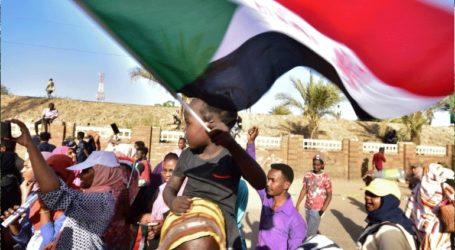 Χιλιάδες διαδηλωτές πραγματοποίησαν καθιστική διαμαρτυρία έξω από το αρχηγείο του στρατού