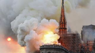 Κάτοικοι και τουρίστες παρακολουθούν την καταστροφή ενός μνημείου 1.000 ετών