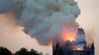 Οι φλόγες κατέστρεψαν μεγάλο μέρος του γοτθικού καθεδρικού ναού