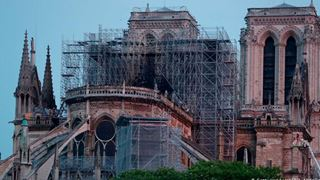 Ολονύχτια μάχη των πυροσβεστών με την πυρκαγιά στη Notre Dame