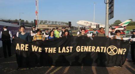 Έφηβοι ακτιβιστές κατά της κλιματικής αλλαγής διαδηλώνουν κοντά στο Χίθροου