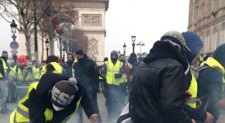 """Αστυνομικοί συγκρούστηκαν με """"κίτρινα γιλέκα"""" που διαδηλώνουν για 23ο Σάββατο στο Παρίσι"""