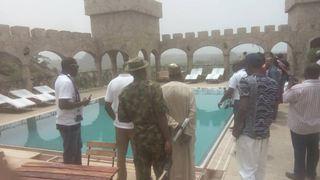 Ένοπλοι σκότωσαν δύο ανθρώπους και απήγαγαν τέσσερις τουρίστες σε ξενοδοχείο