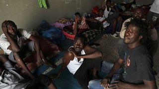 Οι Αρχές άνοιξαν τις πόρτες στα κέντρα κράτησης μεταναστών