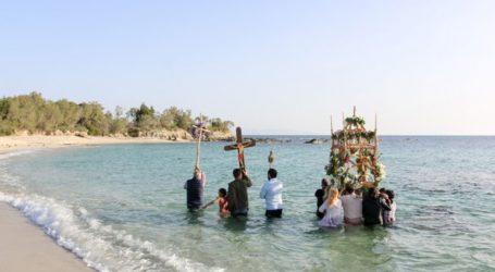 Δέος και συγκίνηση στην περιφορά του Επιταφίου μέσα στη θάλασσα στο Καστράκι