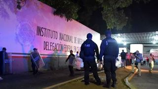 Μετανάστες διαδηλώνουν σε κέντρο κράτησης, απ' όπου διέφυγαν εκατοντάδες