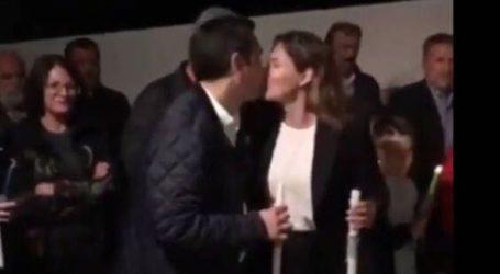 Το φιλί του Αλέξη Τσίπρα στην Μπέττυ Μπαζιάνα την Ανάσταση