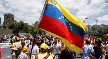 Ο στρατός λέει ότι παρακολουθεί τις εξελίξεις στη Βενεζουέλα