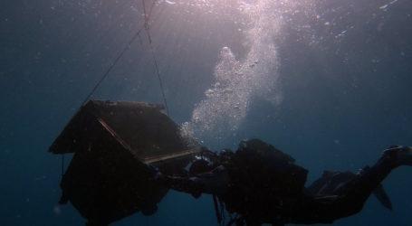 Απίστευτο! Έβγαλαν ολόκληρο κάδο απορριμμάτων από τον βυθό της θάλασσας στον Βόλο [εικόνες]