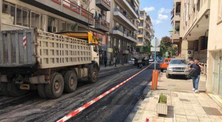 Συνεχίζονται οι εργασίες ασφαλτόστρωσης στον οδό Κωνσταντά [εικόνες]