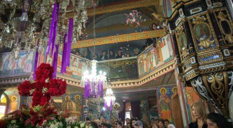 Στις εκκλησίες του Βόλου οι πιστοί για το προσκύνημα των Επιταφίων [εικόνες]