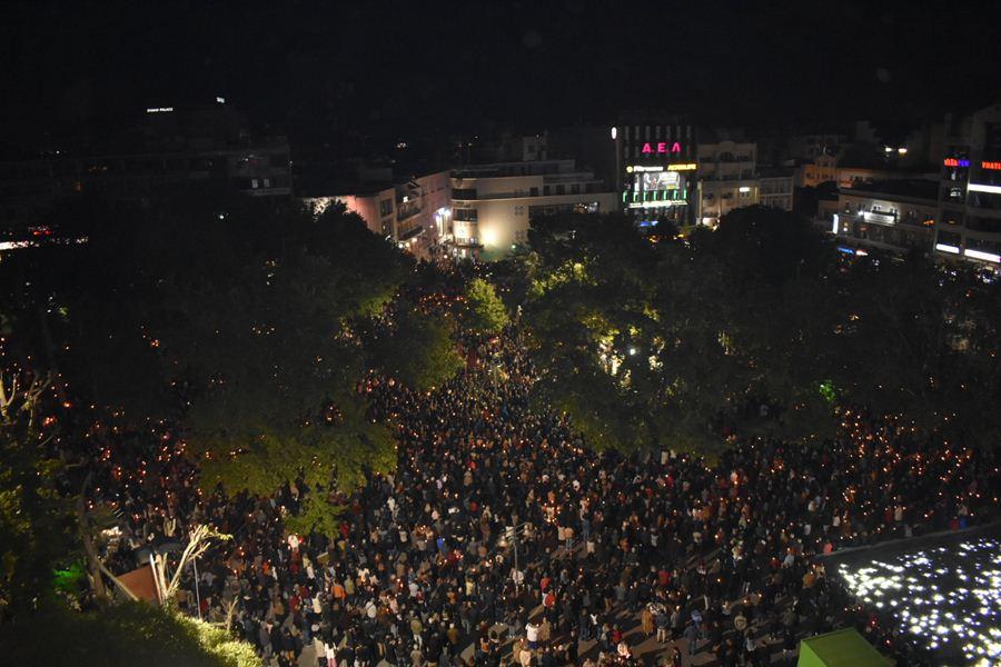 Μεγάλη Παρασκευή με πλήθος πιστών στην Κεντρική πλατεία της Λάρισας από ψηλά… (φωτο)